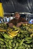 Vendedor com banana-da-terra, cidade Recife do mercado do retrato Fotos de Stock Royalty Free