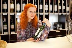 Vendedor com uma garrafa do vinho Fotos de Stock