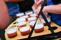 Vendedor con el grupo de cervezas de barril foto de archivo