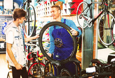 Vendedor con la rueda que habla con el cliente Imágenes de archivo libres de regalías