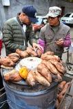 Vendedor da batata doce da rua no Pequim Foto de Stock