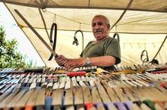 Vendedor da faca em sua tenda exterior do mercado Imagem de Stock