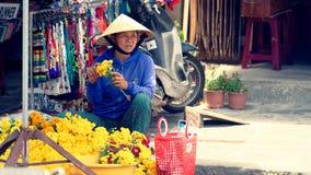 Vendedor da flor da rua em Hoi An fotos de stock