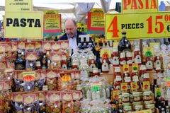 Vendedor da massa e de molhos italianos Fotografia de Stock Royalty Free