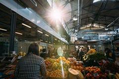 Vendedor da mulher em Halle Market Sells Fruits O vendedor serve o comprador foto de stock royalty free
