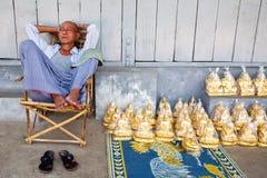 Vendedor das estátuas pelo pagoda de Shwedagon, Yangon, Imagem de Stock Royalty Free