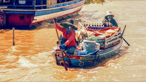 Vendedor de alimento cambojano no lago sap de Tonle Imagens de Stock Royalty Free