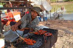Vendedor de alimento na vila de flutuação da seiva de Tonle Imagem de Stock