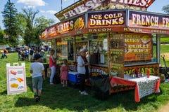 Vendedor de alimento no carnaval anual do festival do corniso fotografia de stock royalty free