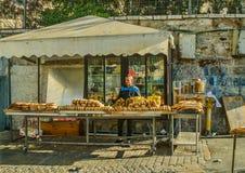 Vendedor de bens cozidos do pão na cidade velha do Jerusalém imagens de stock royalty free