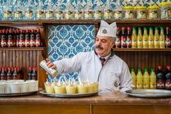 Vendedor de Boza en Estambul, Turquía fotos de archivo