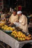 Vendedor de calle en el Medina marrakesh marruecos Fotos de archivo