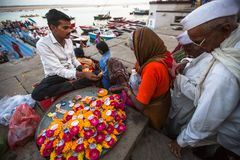 Vendedor de calle en los bancos del río Ganges sagrado que vende los pétalos de la flor, y pequeñas guirnaldas para hindú Imágenes de archivo libres de regalías