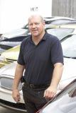 Vendedor de carro que está no lote Fotos de Stock Royalty Free