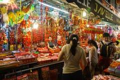 Vendedor de Chinatown que vende decoraciones chinas del Año Nuevo Foto de archivo libre de regalías