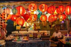 Vendedor de Chinatown que vende las linternas y los recuerdos Imagen de archivo