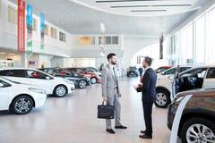 Vendedor de coches Consulting Client fotografía de archivo libre de regalías