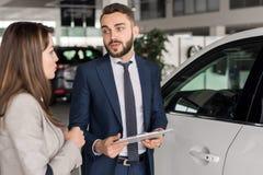 Vendedor de coches hermoso Consulting Client foto de archivo libre de regalías