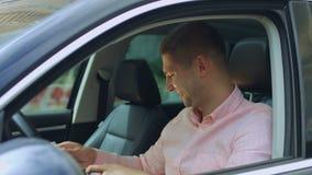Vendedor de coches que da la llave al nuevo propietario de coche almacen de metraje de vídeo