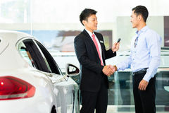 Vendedor de coches que vende el auto al cliente Fotos de archivo
