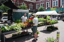 Vendedor de flor en el mercado de los granjeros de la ciudad de Roanoke Imagen de archivo
