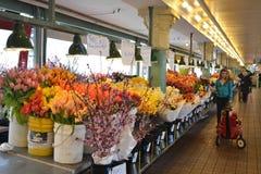 Vendedor de flor en el mercado de los granjeros, Seattle, Washington Imagen de archivo libre de regalías