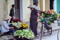Vendedor de flor no identificado en el pequeño mercado de la flor Imágenes de archivo libres de regalías