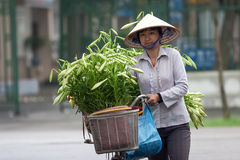 Vendedor de flor no identificado en el pequeño mercado de la flor Imagenes de archivo