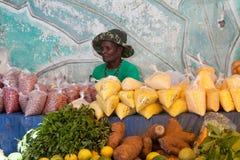 Vendedor de frutas tropicales y de productos exóticos Foto de archivo libre de regalías