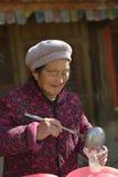 Vendedor de la abuelita en una ciudad china antigua Fotografía de archivo libre de regalías