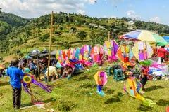 Vendedor de la cometa, festival gigante de la cometa, el Día de Todos los Santos, Guatemala fotografía de archivo