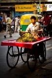 Vendedor de la comida de la calle que vende las naranjas, Delhi, la India Foto de archivo libre de regalías