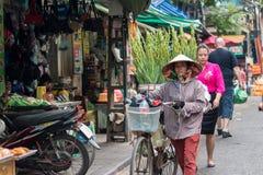 Vendedor de la flor con la bicicleta Fotos de archivo