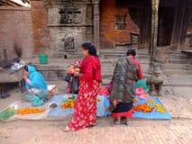Vendedor de la fruta en el cuadrado de Bhaktapur Durbar, Katmandu, Nepal Imagen de archivo