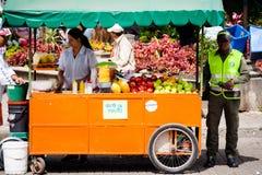 Vendedor de la fruta en el guatape Colombia Imagenes de archivo