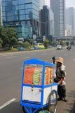 Vendedor de la fruta en la carretera principal de Jakarta Fotos de archivo libres de regalías