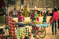 Vendedor de la fruta en la muchedumbre de la gente Fotos de archivo