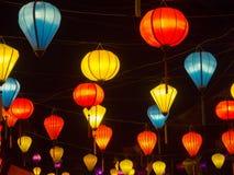 Vendedor de la linterna en las calles de la ciudad antigua de Hoi An en Vietnam central, linternas coloridas que cuelgan por toda Fotografía de archivo libre de regalías