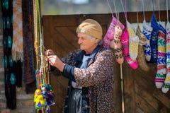 Vendedor de la mujer de recuerdos foto de archivo libre de regalías