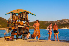 Vendedor de la opinión del mar en la playa Foto de archivo libre de regalías