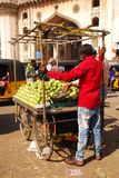Vendedor de la parada que vende la guayaba fotografía de archivo