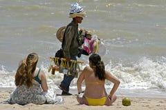 Vendedor de la playa y persona que toma el sol de las mujeres, el Brasil Imágenes de archivo libres de regalías