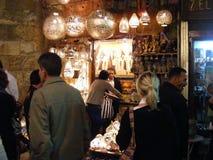 Vendedor de la tienda que vende las lámparas de cobre en mercado del souq del khalili del EL de khan en Egipto El Cairo Fotos de archivo