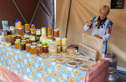 Vendedor de las mujeres de la miel en el mercado de los granjeros Imágenes de archivo libres de regalías
