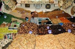 Vendedor de los frutos secos en un souk marroquí Fotografía de archivo