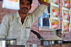 Vendedor de Masala chai en las calles de la India Foto de archivo libre de regalías