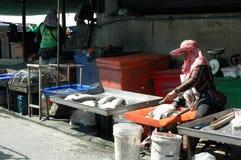 Vendedor de peixe Preparing Silver Perch Imagem de Stock