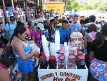 Vendedor de Raspados y de Chamoyadas en la playa del público de Acapulco Foto de archivo libre de regalías