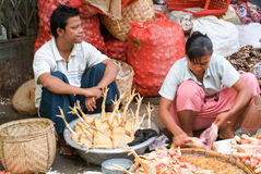 Vendedor de rua no mercado de Yangon em Myanmar Fotos de Stock Royalty Free