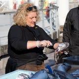 Vendedor de sexo femenino de los pescados Imagen de archivo libre de regalías